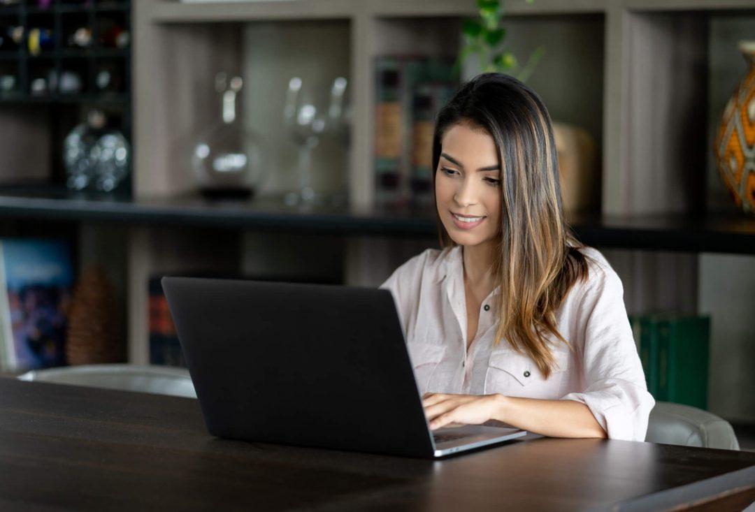 Abrir o próprio negócio, trabalhar no conforto de casa... Isso pode ser uma realidade! Descubra em nosso post algumas dicas de como ganhar dinheiro em casa.