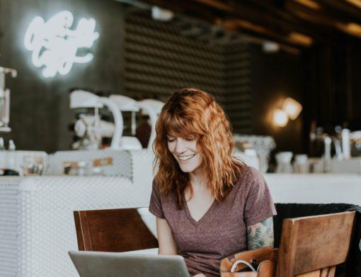 mulher trabalhando na frente de um computador