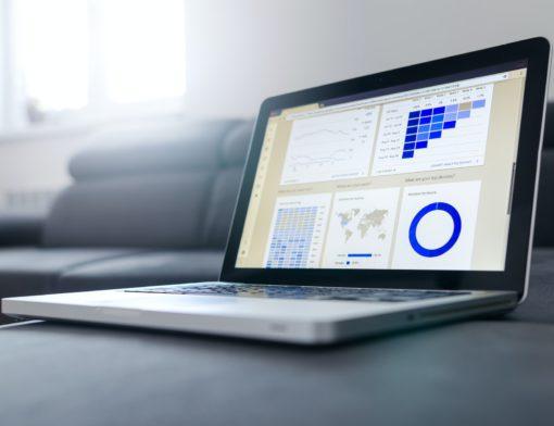 Um computador com alguns gráficos na tela