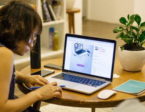 jovem adulta estudando na frente do computador