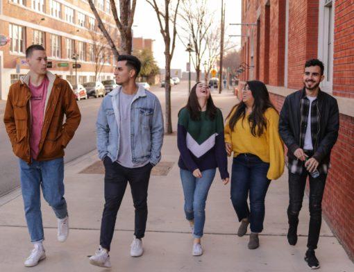 jovens andando na rua