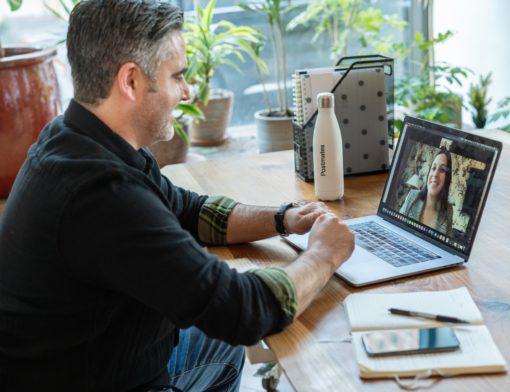 Homem conversa com uma mulher em uma videochamada